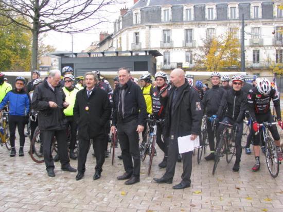 G. Dupire donne le départ de la rando cyclo