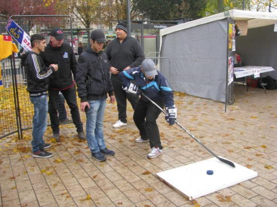 un jeune s'essaye au Hockey